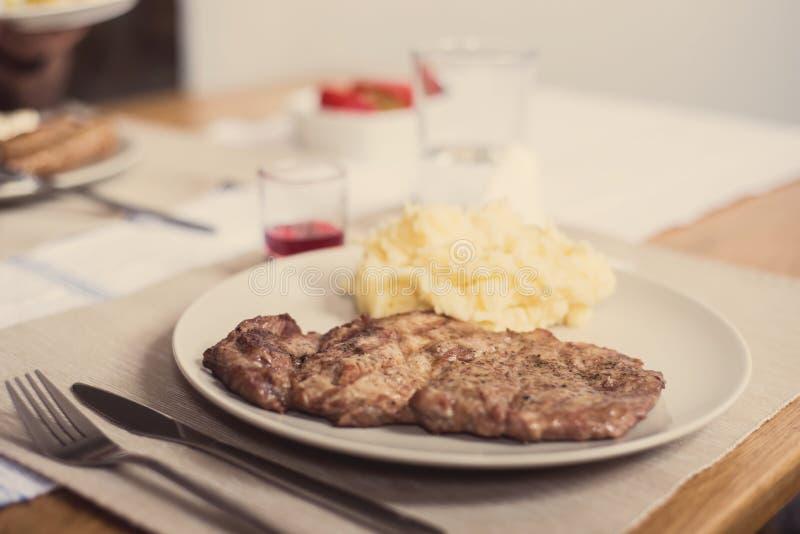 Ψημένες στη σχάρα πατάτες χοιρινού κρέατος και MAS στοκ εικόνα με δικαίωμα ελεύθερης χρήσης