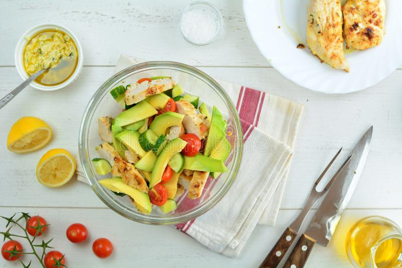 Ψημένες στη σχάρα στήθος κοτόπουλου και σαλάτα αβοκάντο με τη σάλτσα της Ντιζόν και λεμονιών - υγιές Keto γεύμα διατροφής στοκ εικόνες