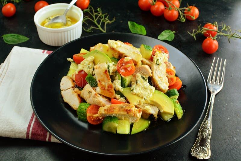 Ψημένες στη σχάρα στήθος κοτόπουλου και σαλάτα αβοκάντο με τη σάλτσα της Ντιζόν και λεμονιών - υγιές Keto γεύμα διατροφής στοκ φωτογραφία με δικαίωμα ελεύθερης χρήσης