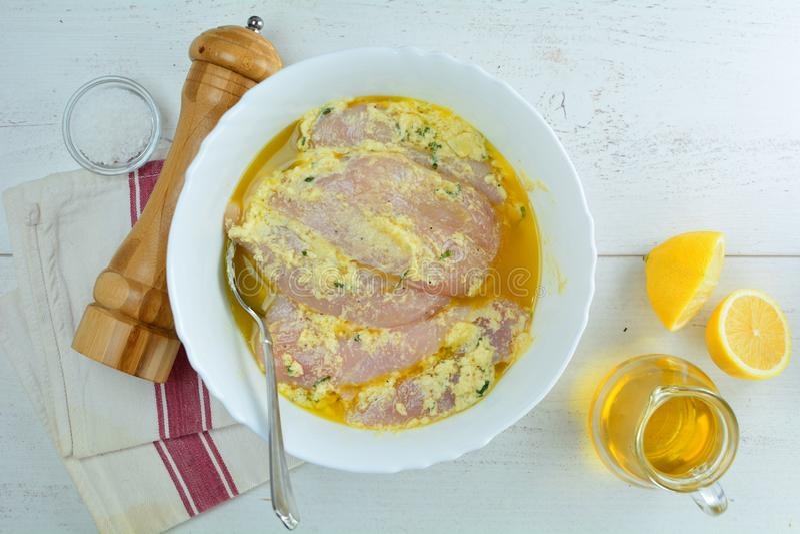 Ψημένες στη σχάρα στήθος κοτόπουλου και σαλάτα αβοκάντο με τη σάλτσα της Ντιζόν και λεμονιών - υγιές Keto γεύμα διατροφής στοκ εικόνα