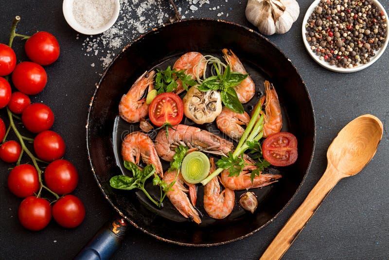 Ψημένες στη σχάρα Bbq γαρίδες στην τηγανισμένη παν εξυπηρέτηση με την ντομάτα κερασιών, bas στοκ φωτογραφία