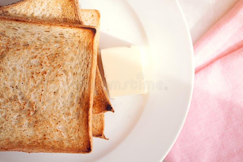 Ψημένες φέτες ψωμιού με το βουτύρου ελαφρύ κτύπημα για το πρόγευμα στοκ εικόνα με δικαίωμα ελεύθερης χρήσης