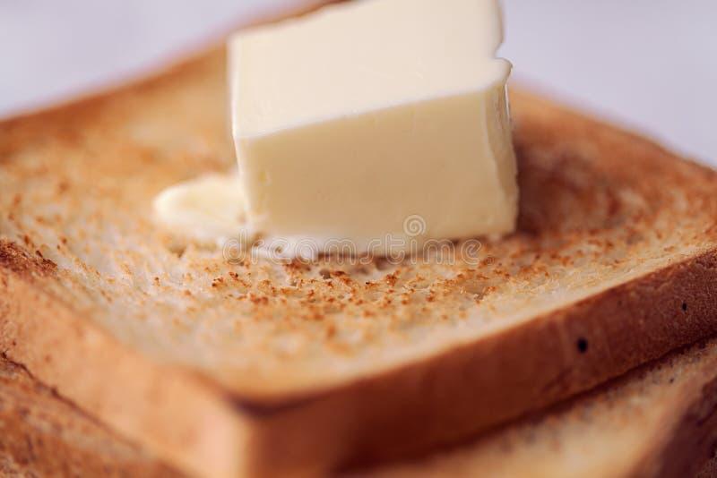Ψημένες φέτες ψωμιού με το βουτύρου ελαφρύ κτύπημα για το πρόγευμα στοκ φωτογραφίες
