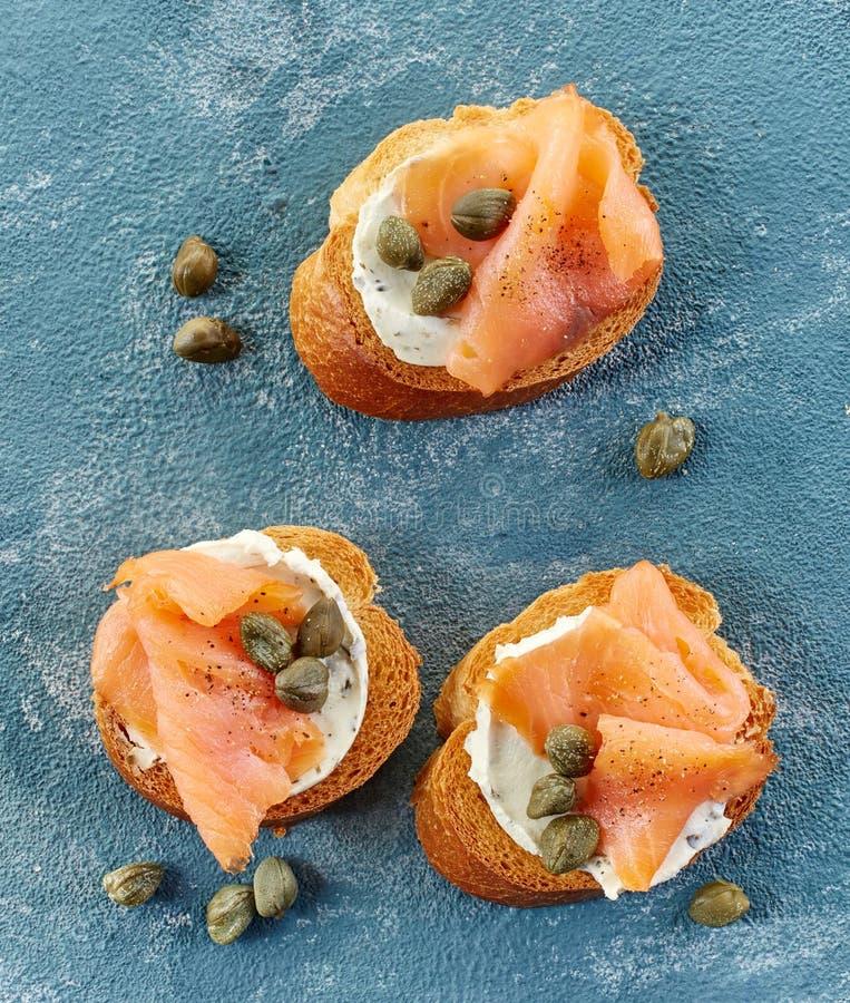 Ψημένες φέτες ψωμιού με το τυρί και το σολομό κρέμας στοκ φωτογραφίες με δικαίωμα ελεύθερης χρήσης