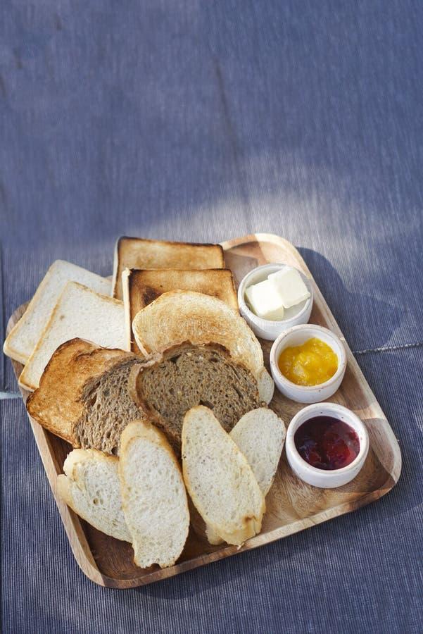 Ψημένες ψωμί & φρυγανιά με τη μαρμελάδα και το βούτυρο στοκ εικόνες με δικαίωμα ελεύθερης χρήσης