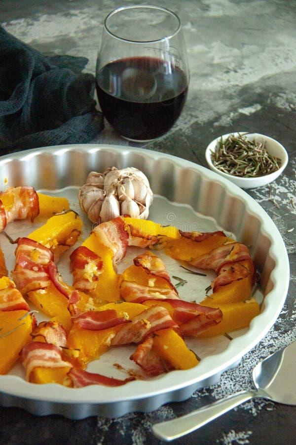 Ψημένη κολοκύθα που τυλίγεται στο μπέϊκον με το δεντρολίβανο και το σκόρδο στοκ εικόνα με δικαίωμα ελεύθερης χρήσης