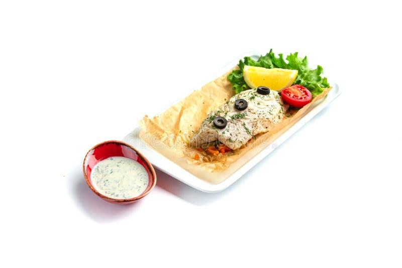 ψημένη λωρίδα ψαριών με την ντομάτα, το λεμόνι, τα χορτάρια και τη σάλτσα σε ένα απομονωμένο άσπρο υπόβαθρο στοκ φωτογραφίες με δικαίωμα ελεύθερης χρήσης