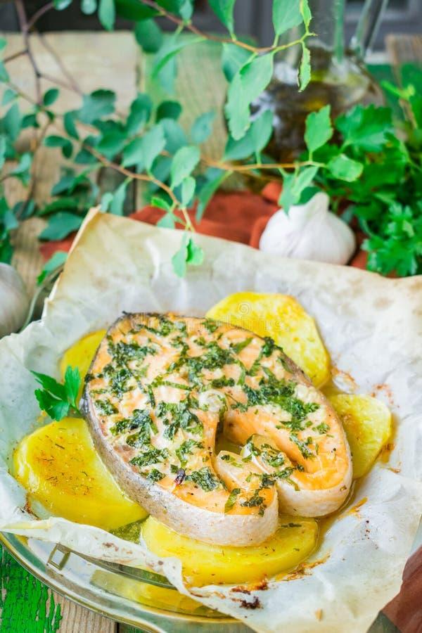 Ψημένη μπριζόλα σολομών με τις πατάτες και το μαϊντανό στοκ εικόνες