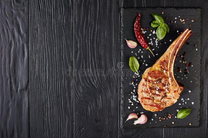 Ψημένη μπριζόλα τομαχόκ σε έναν πίνακα στοκ φωτογραφίες