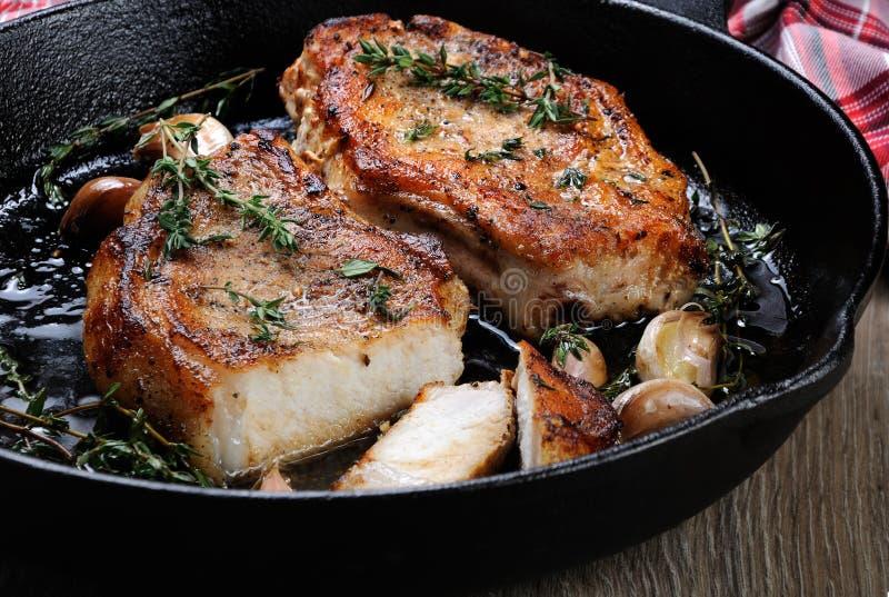 Ψημένη μπριζόλα χοιρινού κρέατος στο τηγάνισμα του τηγανιού στοκ εικόνα με δικαίωμα ελεύθερης χρήσης