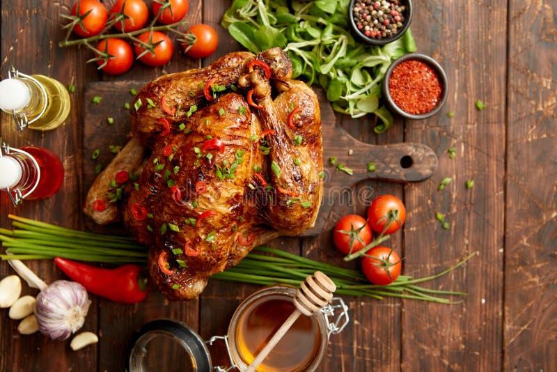 Ψημένη ολόκληρη κοτόπουλο ή Τουρκία που εξυπηρετείται με τα pepers και το φρέσκο κρεμμύδι τσίλι στοκ φωτογραφίες