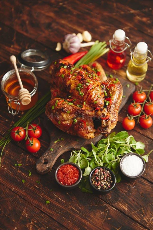 Ψημένη ολόκληρη κοτόπουλο ή Τουρκία που εξυπηρετείται με τα pepers και το φρέσκο κρεμμύδι τσίλι στοκ φωτογραφία με δικαίωμα ελεύθερης χρήσης