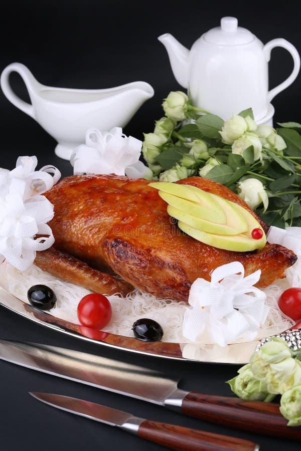 Ψημένη πάπια που γεμίζεται με το μήλο, τις διακοσμημένες ντομάτες κερασιών και τις ελιές Διακοσμημένη λευκό ρύθμιση στοκ φωτογραφίες με δικαίωμα ελεύθερης χρήσης