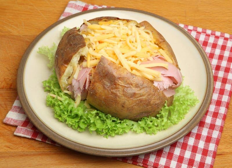 Ψημένη πατάτα με το ζαμπόν & το τυρί στοκ φωτογραφία με δικαίωμα ελεύθερης χρήσης