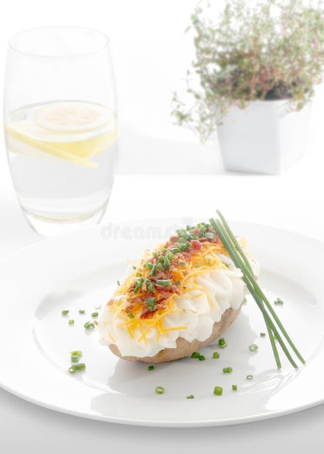 ψημένη πατάτα πιάτων στοκ εικόνες