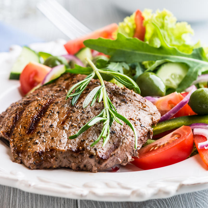 ψημένη στη σχάρα βόειο κρέας μπριζόλα σαλάτας στοκ φωτογραφίες