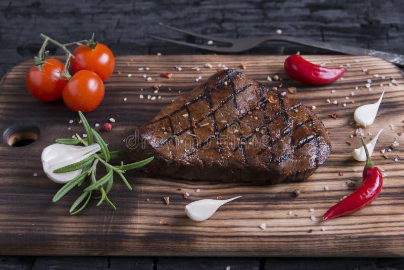 Ψημένη στη σχάρα βόειο κρέας μπριζόλα στον ξυλάνθρακα στοκ εικόνες