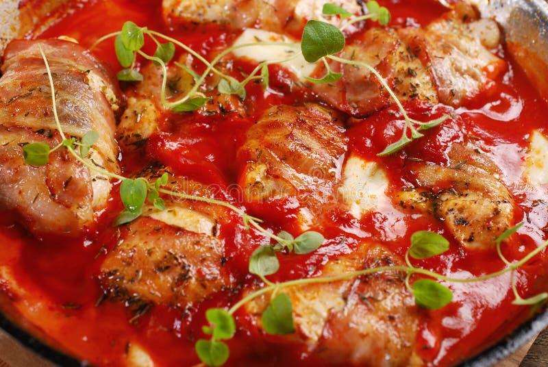 Ψημένη στη σχάρα λωρίδα στηθών κοτόπουλου στη σάλτσα ντοματών στοκ φωτογραφίες με δικαίωμα ελεύθερης χρήσης