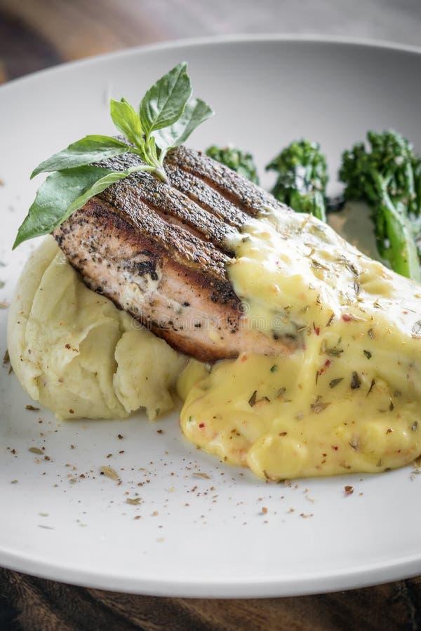 Ψημένη στη σχάρα λωρίδα ψαριών σολομών με την πολτοποιηίδα σάλτσα πατατών και μουστάρδας στοκ φωτογραφίες με δικαίωμα ελεύθερης χρήσης