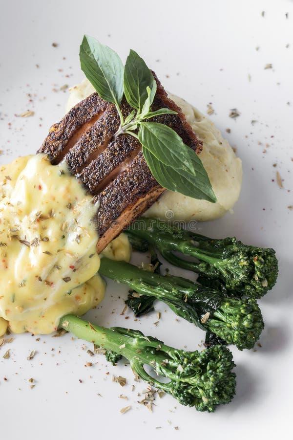 Ψημένη στη σχάρα λωρίδα ψαριών σολομών με την πολτοποιηίδες πατάτα και τη σάλτσα κρέμας μουστάρδας της Ντιζόν στοκ φωτογραφία