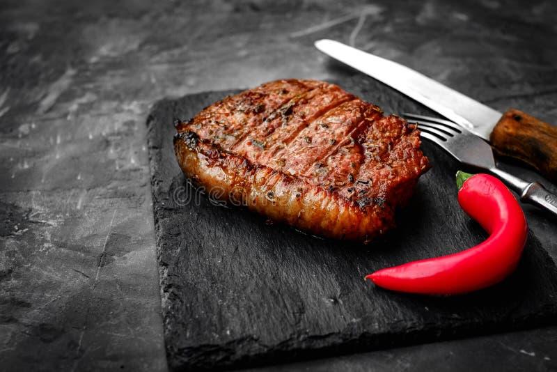 Ψημένη στη σχάρα μπριζόλα βόειου κρέατος ρόλων τσοκ σε ένα υπόβαθρο πετρών στοκ εικόνες