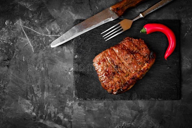 Ψημένη στη σχάρα μπριζόλα βόειου κρέατος ρόλων τσοκ σε μια πέτρα στοκ φωτογραφία