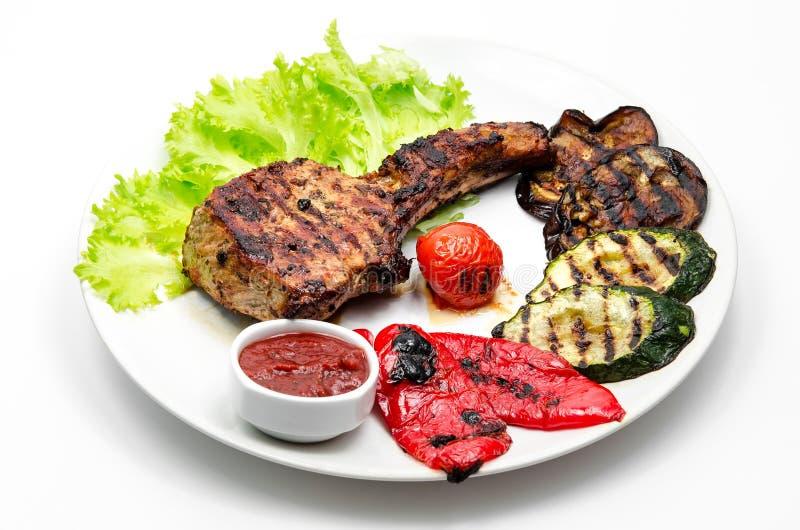Ψημένη στη σχάρα μπριζόλα χοιρινού κρέατος με τα λαχανικά στοκ φωτογραφία με δικαίωμα ελεύθερης χρήσης