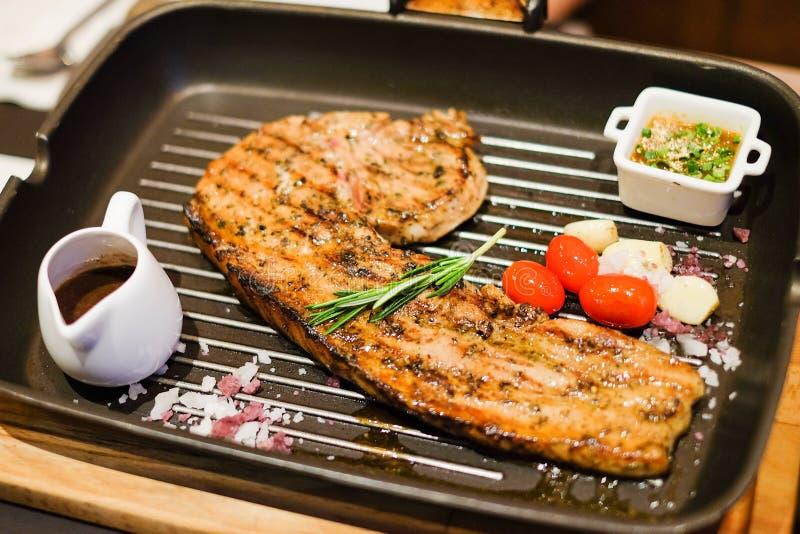 Ψημένη στη σχάρα μπριζόλα χοιρινού κρέατος τομαχόκ χοιρινού κρέατος με tamarind τη σάλτσα, μαύρο pep στοκ εικόνες