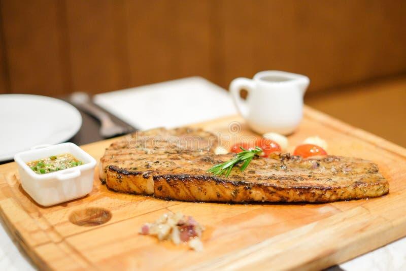 Ψημένη στη σχάρα μπριζόλα χοιρινού κρέατος τομαχόκ χοιρινού κρέατος με tamarind τη σάλτσα, μαύρο pep στοκ φωτογραφία