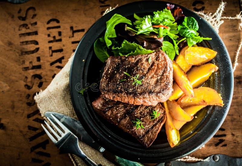 Ψημένη στη σχάρα μπριζόλα βόειου κρέατος με την ψημένη κολοκύθα στοκ εικόνα