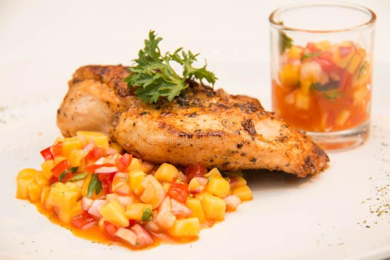 Download Ψημένη στη σχάρα μπριζόλα κοτόπουλου με τα φρούτα Asuce Στοκ Εικόνα - εικόνα από πιάτο, ράβδων: 62708433