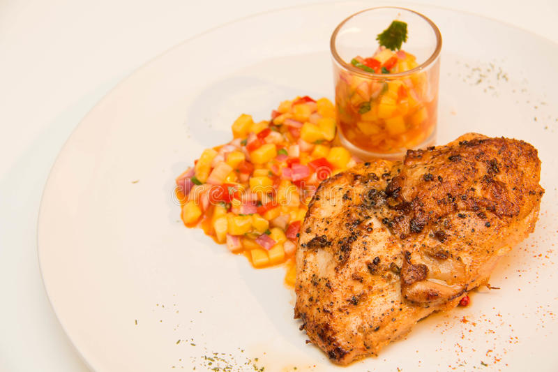 Download Ψημένη στη σχάρα μπριζόλα κοτόπουλου με τα φρούτα Asuce Στοκ Εικόνες - εικόνα από εύγευστος, πιάτο: 62708462