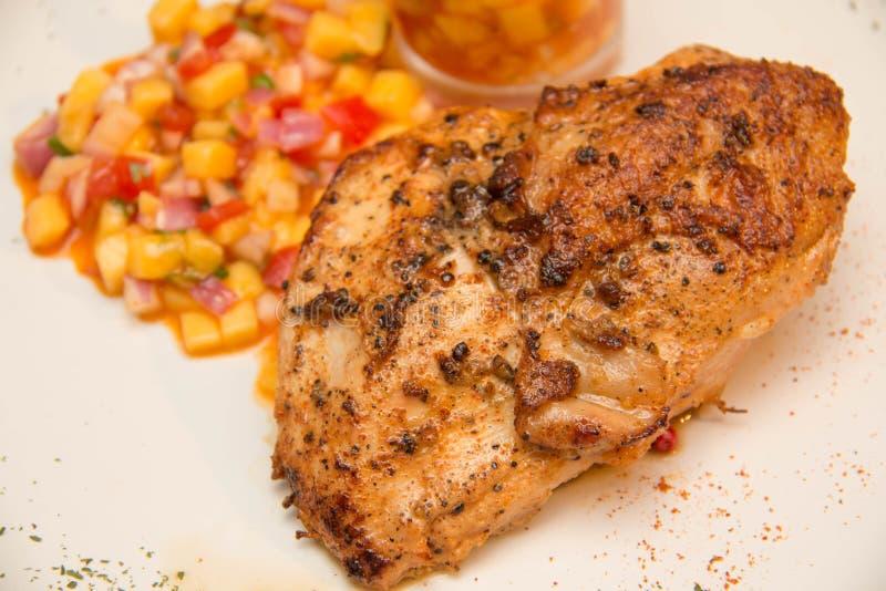 Download Ψημένη στη σχάρα μπριζόλα κοτόπουλου με τα φρούτα Asuce Στοκ Εικόνα - εικόνα από σιτηρέσιο, φάτε: 62708463