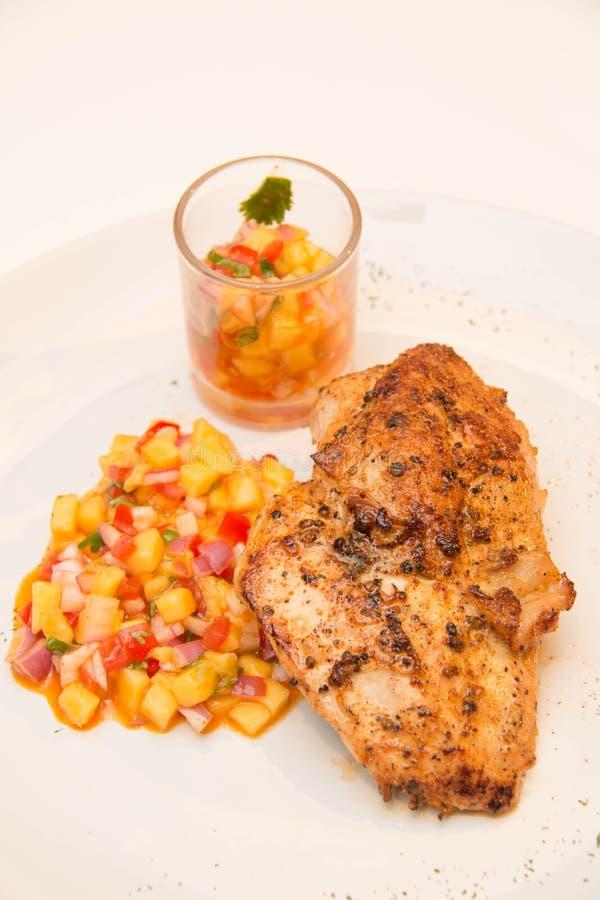 Download Ψημένη στη σχάρα μπριζόλα κοτόπουλου με τα φρούτα Asuce Στοκ Εικόνα - εικόνα από γεύμα, στέρνο: 62708475