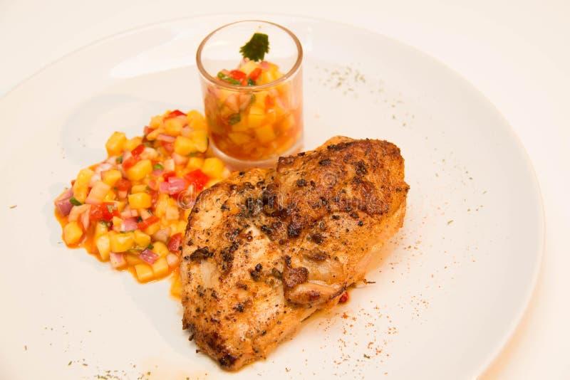 Download Ψημένη στη σχάρα μπριζόλα κοτόπουλου με τα φρούτα Asuce Στοκ Εικόνα - εικόνα από στέρνο, τριζάτος: 62708483
