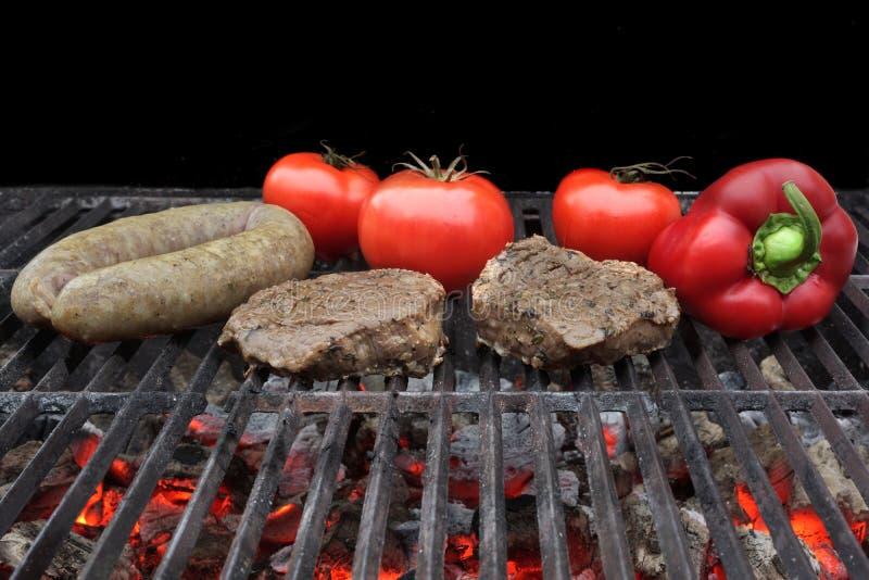 Ψημένη στη σχάρα μπριζόλα, Bratwurst και λαχανικά λωρίδων στοκ φωτογραφία με δικαίωμα ελεύθερης χρήσης