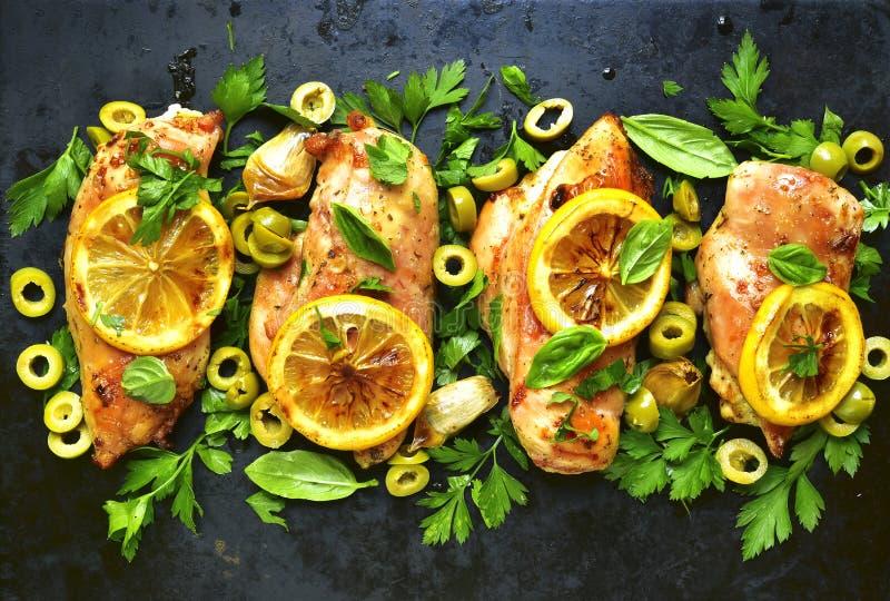 Ψημένη στη σχάρα λωρίδα κοτόπουλου με το λεμόνι, τις πράσινα ελιές και τα χορτάρια κορυφή vie στοκ φωτογραφία με δικαίωμα ελεύθερης χρήσης