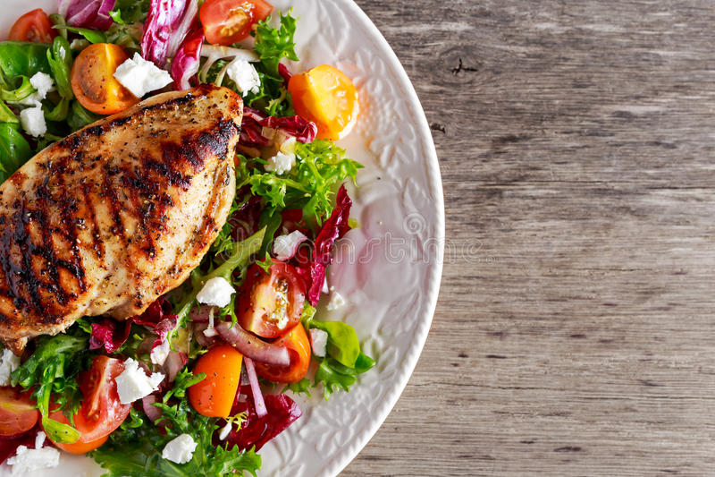 Ψημένη στη σχάρα λωρίδα στηθών κοτόπουλου με τη φρέσκια σαλάτα λαχανικών ντοματών Υγιή τρόφιμα έννοιας στοκ εικόνες