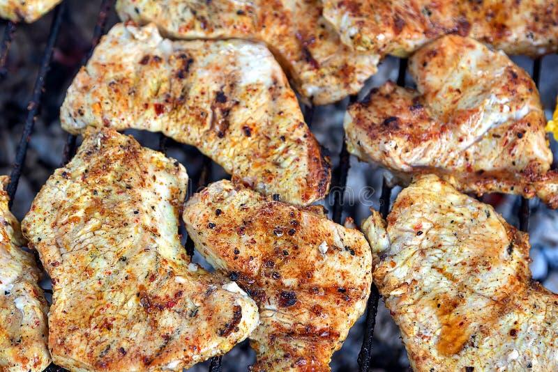 Ψημένη στη σχάρα BBQ σχάρα κρέατος της Τουρκίας υπαίθρια Προετοιμασία για burger στοκ φωτογραφίες