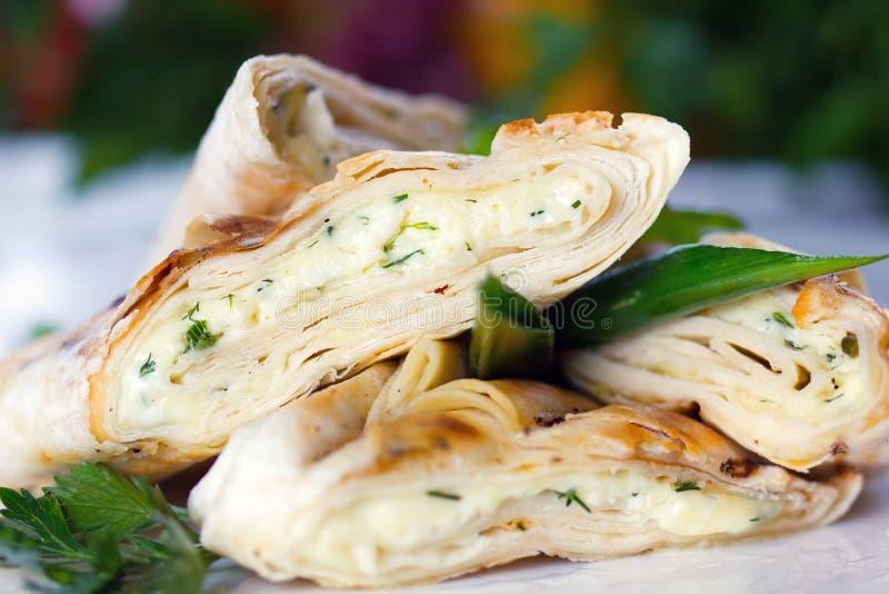 Ψημένη τηγανίτα με το τυρί και τα πράσινα προβάτων στοκ εικόνα με δικαίωμα ελεύθερης χρήσης