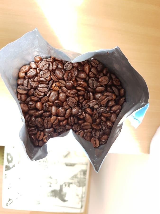 ψημένα φασόλια καφέ στην τσάντα στοκ φωτογραφία