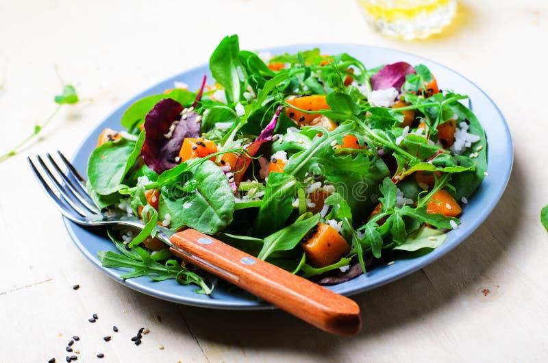 Ψημένη υγιής χορτοφάγος σαλάτα κολοκύθας, κολοκύνθη Butternut, ρύζι και σαλάτα σπόρων σουσαμιού στοκ εικόνα
