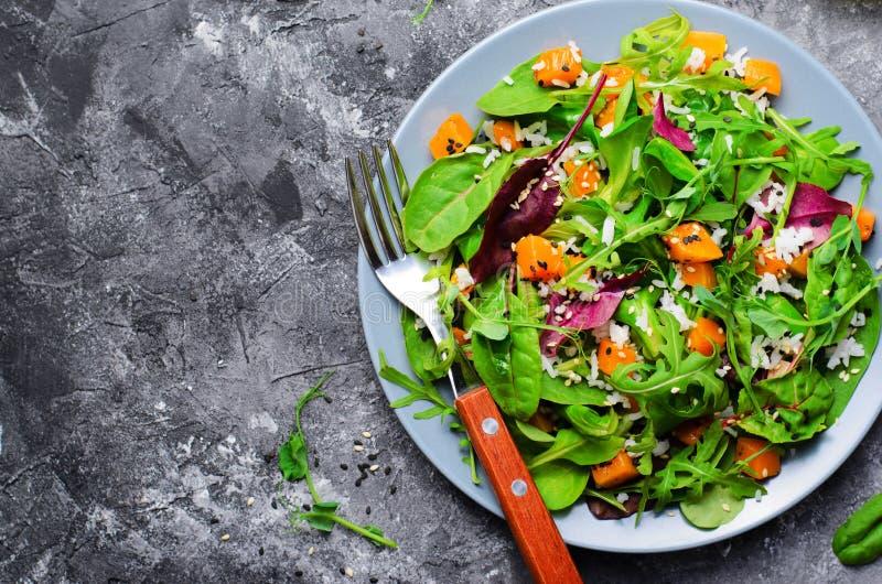 Ψημένη υγιής χορτοφάγος σαλάτα κολοκύθας, κολοκύνθη Butternut, ρύζι και σαλάτα σπόρων σουσαμιού στοκ φωτογραφίες