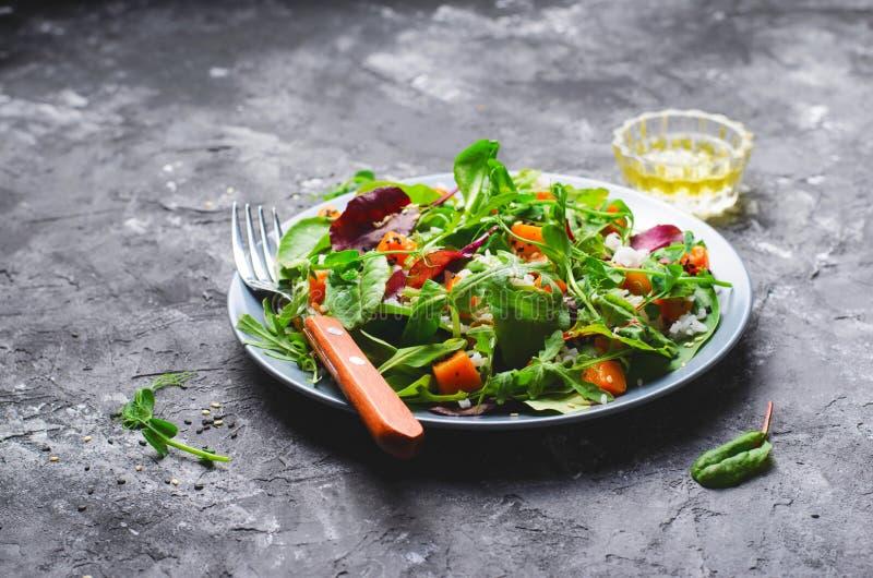 Ψημένη υγιής χορτοφάγος σαλάτα κολοκύθας, κολοκύνθη Butternut, ρύζι και σαλάτα σπόρων σουσαμιού στοκ εικόνα με δικαίωμα ελεύθερης χρήσης