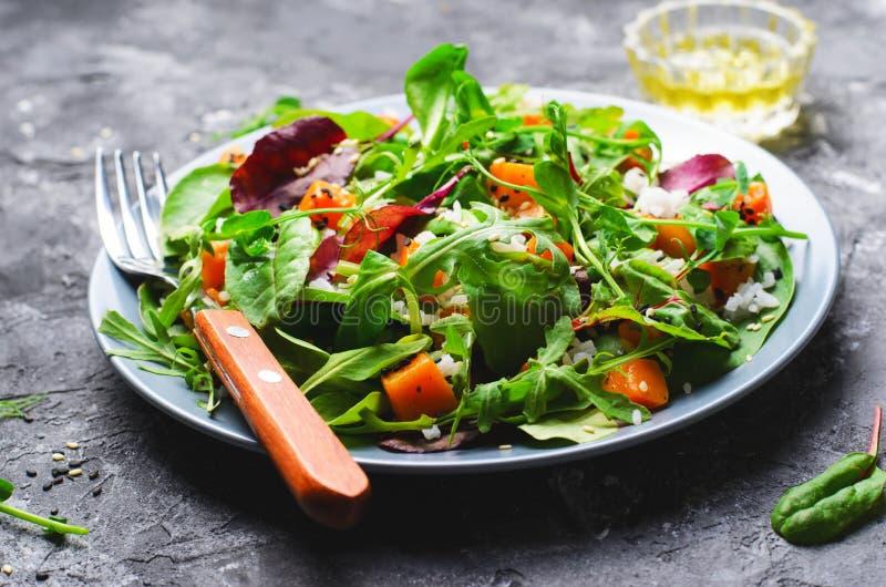 Ψημένη υγιής χορτοφάγος σαλάτα κολοκύθας, κολοκύνθη Butternut, ρύζι και σαλάτα σπόρων σουσαμιού στοκ φωτογραφία με δικαίωμα ελεύθερης χρήσης