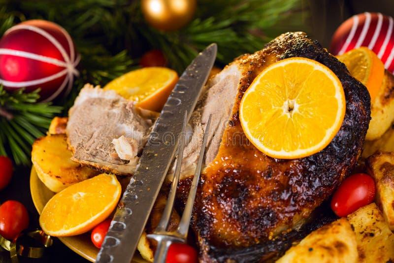 Download Ψημένη Χριστούγεννα πάπια που εξυπηρετείται με τις πατάτες, το πορτοκάλι και τις ντομάτες Στοκ Εικόνα - εικόνα από κοτόπουλο, μαχαίρι: 62702855
