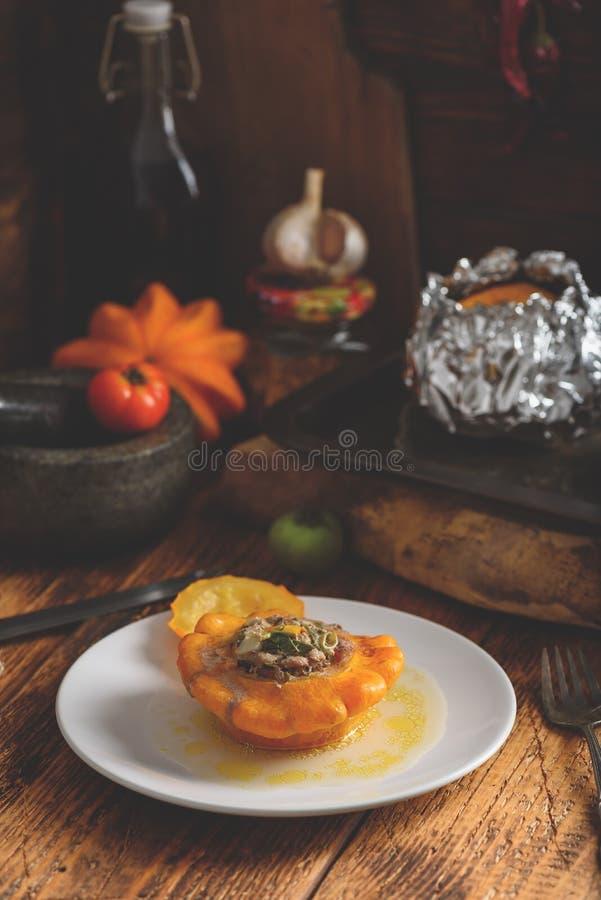 Ψημένη pattypan κολοκύνθη που γεμίζουν με το κρέας στοκ εικόνα με δικαίωμα ελεύθερης χρήσης