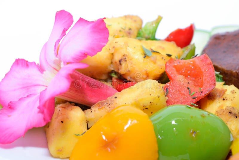 Ψημένοι μακροεντολή αρτόκαρποι με τα κόκκινα, κίτρινα και πράσινα πιπέρια στοκ φωτογραφία με δικαίωμα ελεύθερης χρήσης