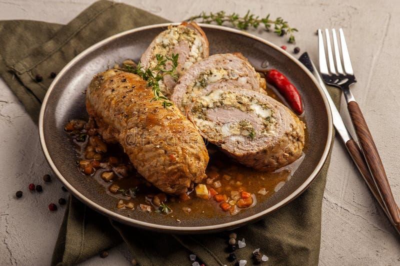 Ψημένοι ρόλοι κρέατος σε μια παχιά φυτική σάλτσα στοκ φωτογραφία