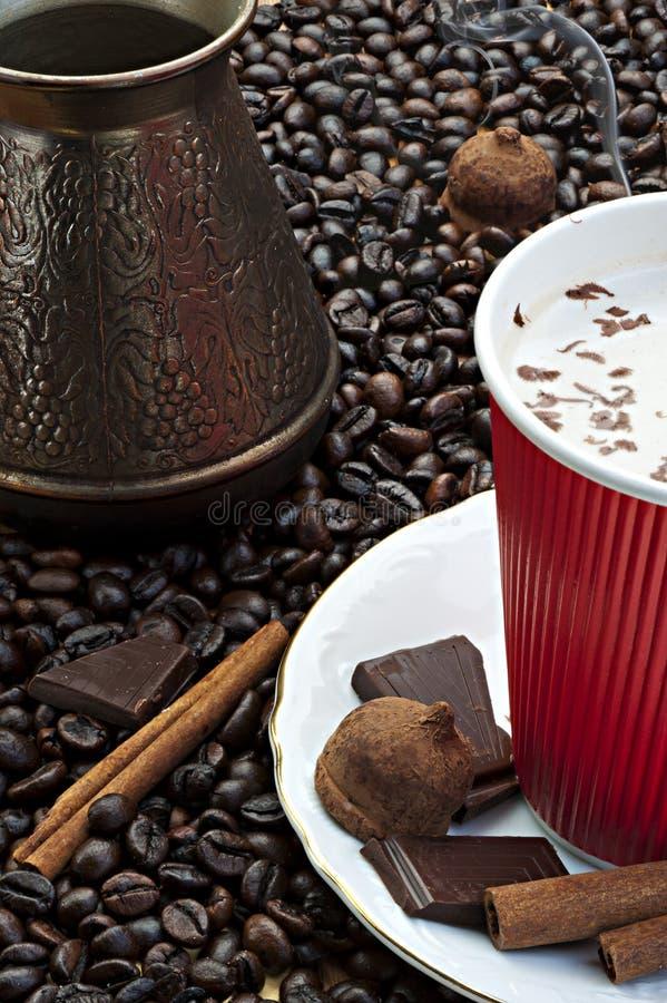 Ψημένος καφές που παρασκευάζεται στην Τουρκία με την κανέλα στοκ εικόνες με δικαίωμα ελεύθερης χρήσης